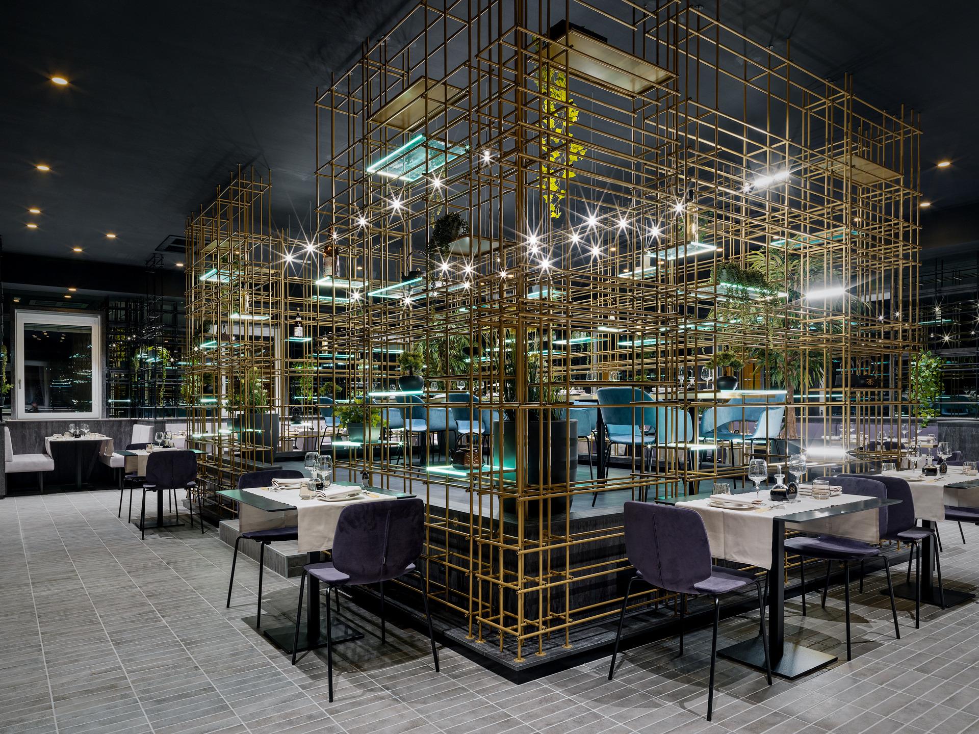 Ort: Colico <br> Typ: Interieur und Executive Design<br> KANTO 'ist ein japanisches Restaurant in Colico <br> Gewollt war ein geordnetes, symmetrisches, rigoroses Projekt, aber gleichzeitig mit wichtigen Details wie den Gerichten, die ich gesehen und probiert habe.<br> Das Gebäude hat sich viel für dieses Projekt geleistet; Eine gewöhnliche Pflanze, die in einen szenografischen Begrenzungskäfig in Eisenröhren gehüllt haben, zu denen einige leuchtende Regale mit ruhenden, grün hängenden Pflanzen und verschiedenen Objekten im orientalischen Stil hinzugefügt wurden, die alle durch die Spiegelbeschichtungen der Wände verstärkt wurden, die noch mehr Tiefe verleihen und Größe des Restaurants.<br> Das Restaurant ist auf zwei Ebenen aufgeteilt. In beiden Räumen drehen sich die Räume um einen zentralen Kern.<br> Im Erdgeschoss befindet sich die Bar und die Sushi-Zubereitung direkt hinter der Willkommensstation.